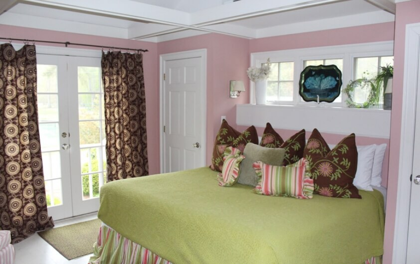 The bed inside Cottage 6 at the Hope and Glory Inn